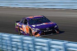Denny Hamlin batte il compagno di squadra Kyle Busch e centra la pole position in Michigan