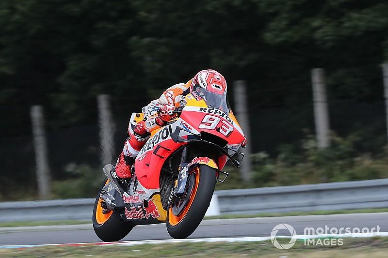 MotoGPチェコ予選: マルケス、雨中の圧巻アタックで2.5秒差ポール。中上は13番手