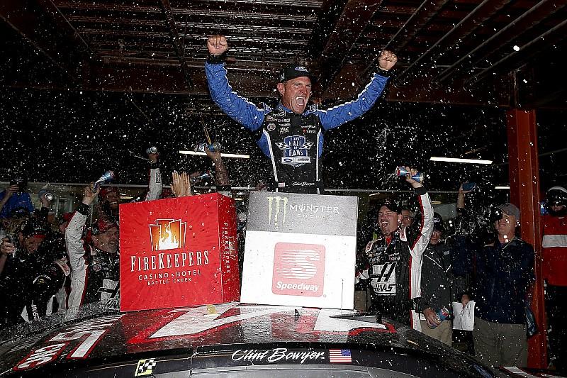 Clint Bowyer gana carrera afectada por lluvia