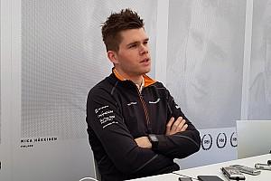 فان بورين سائق مكلارين على جهاز المحاكاة يستعد لخوض أولى سباقاته العالمية