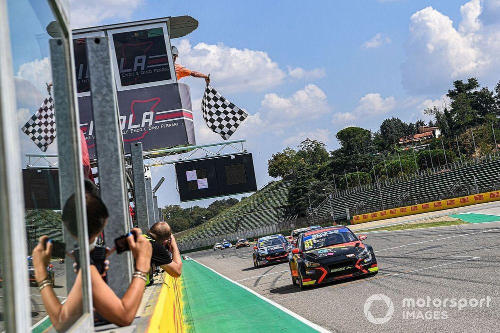TCR Italy: Ceccon trionfa in Gara 2 ad Imola fra le scintille