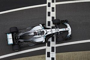 Így üldözi a drón a Mercedes F1-es autóját (videó)