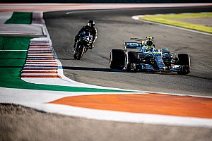Hamilton-Rossi: les photos de l'échange F1/MotoGP