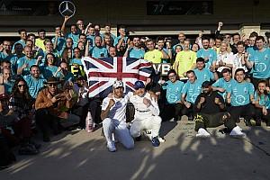 A Mercedes teljes mellszélességgel kiáll Lewis Hamilton mellett