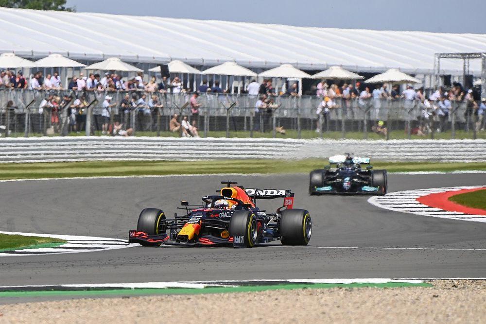 Verstappen grijpt pole voor Britse GP met zege in sprintrace