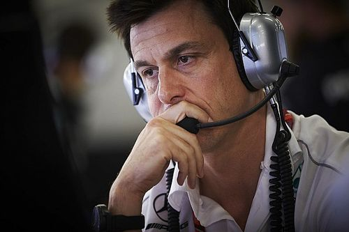 Темп Mercedes обеспокоил Вольфа, несмотря на отыгранные у Ferrari очки