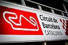 Autos con cristales rotos en un estacionamiento del GP de España