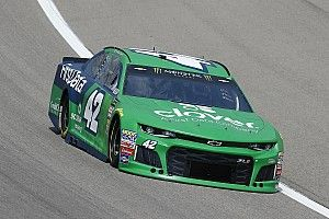 Kyle Larson logra su primer triunfo parcial de 2018 en Kansas