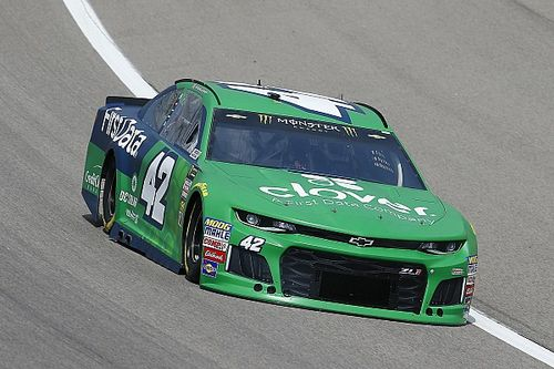 Kyle Larson takes first stage win of 2018 at Kansas