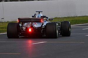 Formule 1-auto's met regenlicht op achtervleugel in 2019