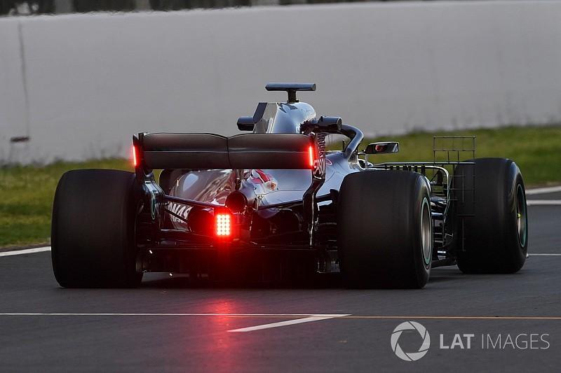 Test Barcellona: Mercedes sperimenta le luci posteriori sull'ala