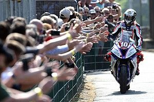 Isle of Man TT: Hickman wins thriller, smashes lap record