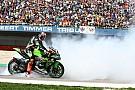 """Superbikes Sykes uitgelaten na zege in Assen: """"Was vergeten hoe het voelt om te winnen"""""""