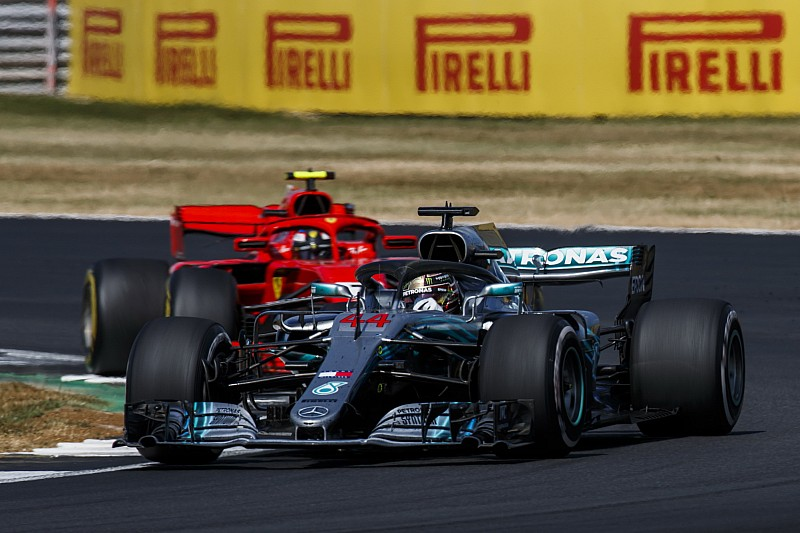 """Hamilton absolve Kimi em acidente: """"às vezes falamos merda"""""""