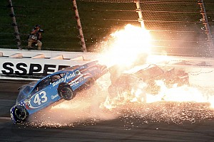 Monster Energy NASCAR Cup Nieuws Video: Vuurzee na NASCAR-crash Kansas 400, Truex Jr. wint