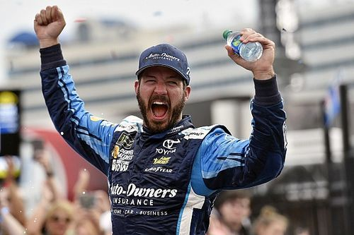 Truex takes Charlotte win in two-lap shootout