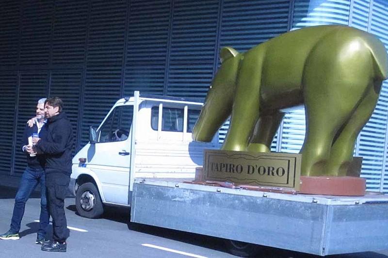 Ferrari: consegnato ad Arrivabene un Tapiro d'oro gigante da Striscia la Notizia