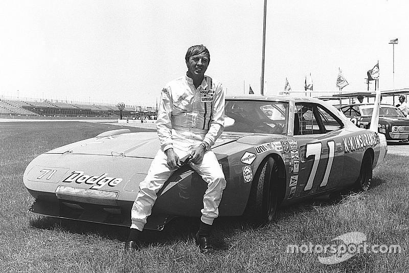 El caso de la misteriosa voz que hizo a un campeón retirarse de NASCAR