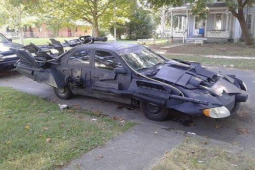 Angstaanjagende Toyota-Batmobile maakt de buurt onveilig