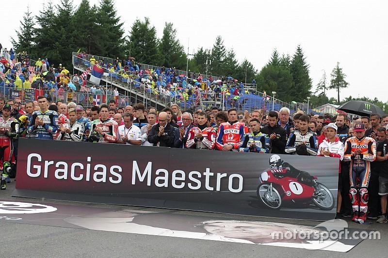 El paddock mantiene un emotivo minuto de silencio por Ángel Nieto