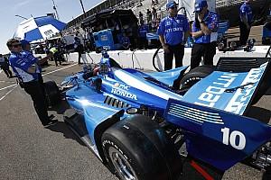 Полгонки рулил одной рукой: дебютант IndyCar впечатлил себя и других