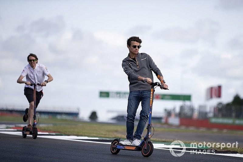 Norris eldobta az utcai McLarent Silverstone-ban: figyeld az arcát! (videó)