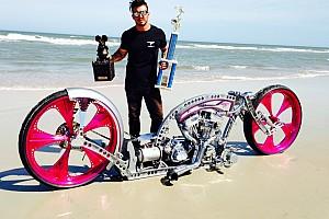 Экс-пилот Формулы 1 построил прототип-бэтмобиль. А раньше он решал судьбы гонок в роли кругового и разбил машину о трос
