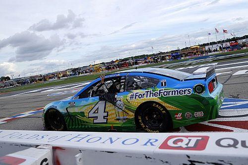 Гонщик отметил победу в NASCAR кругом в обратную сторону. С тремя высунутыми пальцами