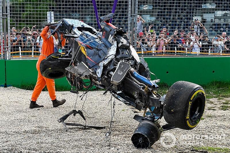 Képeken Alonso brutálisan összetört F1-es McLaren-Hondája