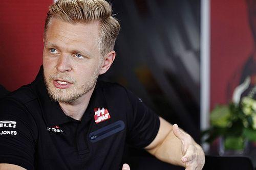 Haas-coureurs maken gebaar richting teamcollega's