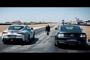 Videó: Gyorsulási verseny a Ford Mustang Bullitt és a Toyota GR Supra között