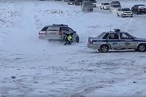 Teljes a káosz az oroszoknál: majdnem rendőrt gázoltak a befagyott Lénán (videó)