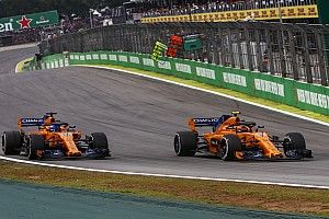 Alonso en Vandoorne bestraft wegens negeren blauwe vlaggen