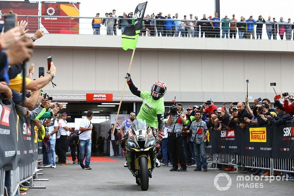 Vídeo: Rea compite con su moto y gana... ¡en casa!