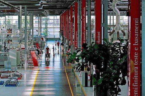 Hétfőtől újra kinyithatja olaszországi gyárát a Ferrari