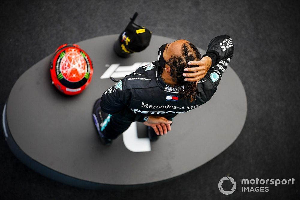 """F1: Hamilton se diz """"honrado"""" por homenagem da família de Schumacher"""