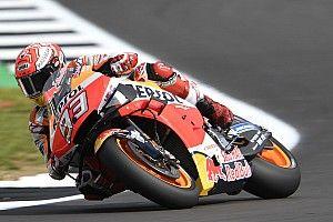 Marquezé a pole Silverstone-ban, Rossi végre remekelt