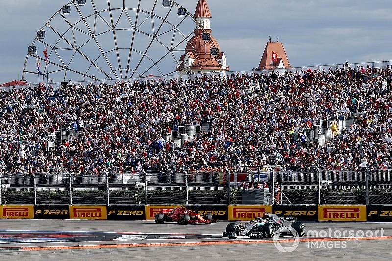 Videón, ahogy Hamilton megelőzi Vettelt az Orosz Nagydíjon