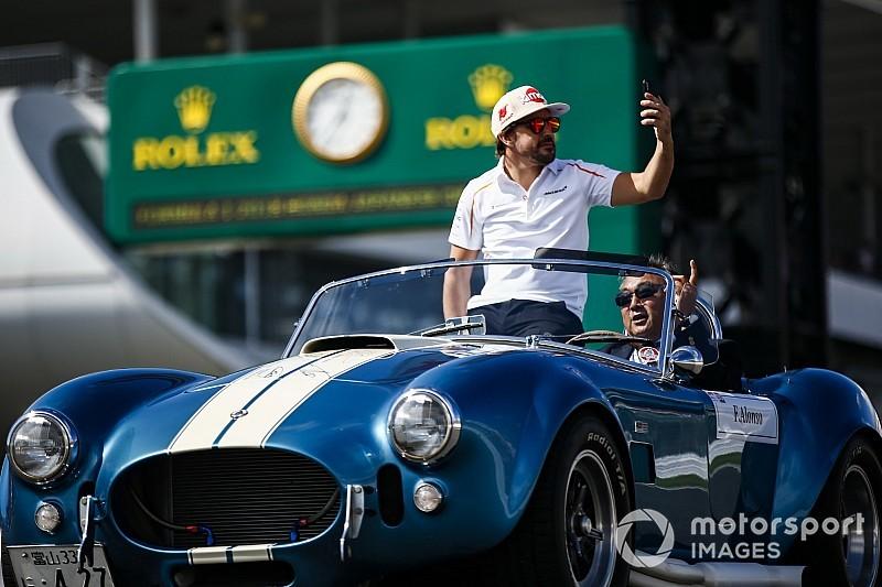 Képeken az F1-es versenyzői parádé a Japán Nagydíjról: Alonso egy brutális Cobrában