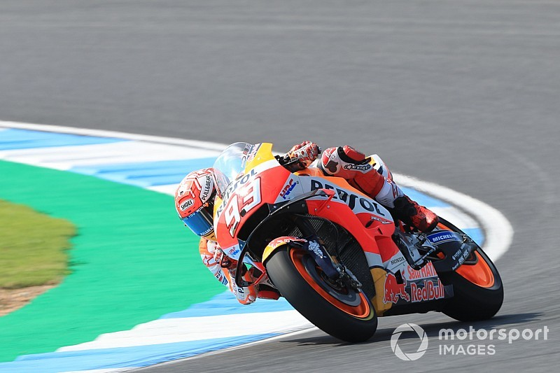 Marquez klopt Rossi voor vijftigste MotoGP-pole in Thailand
