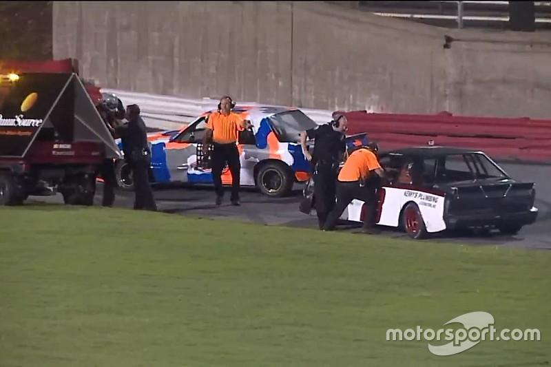 Гонщики NASCAR не поделили трассу. Полицейскому пришлось достать пистолет, чтобы их успокоить