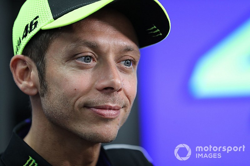 Valentino Rossi festeggia 200 vittorie con il trofeo del Mondiale