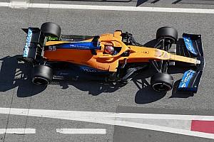 На болидах Формулы 1 появились незнакомые наклейки. Вот что они означают