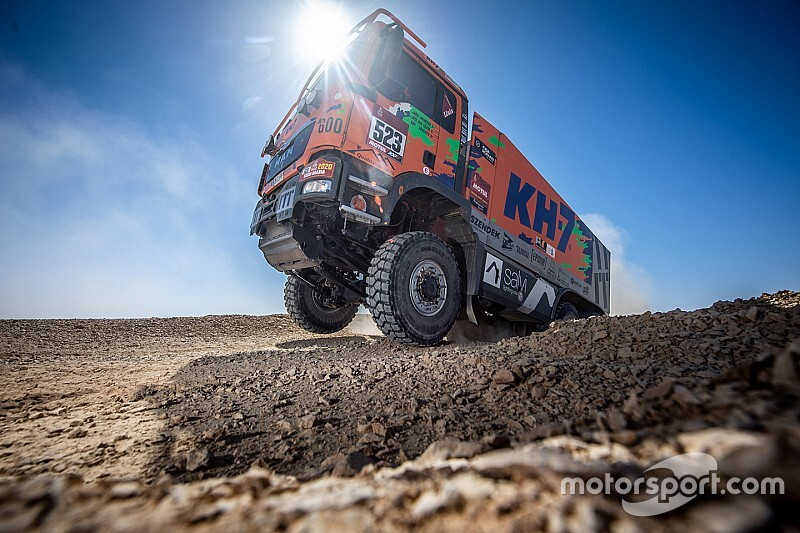 Megannyi kép a Dakar Raliról, benne a szélvédő nélküli Alonsóval