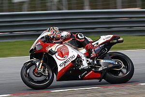 В виртуальной гонке MotoGP мотоцикл внезапно взлетел