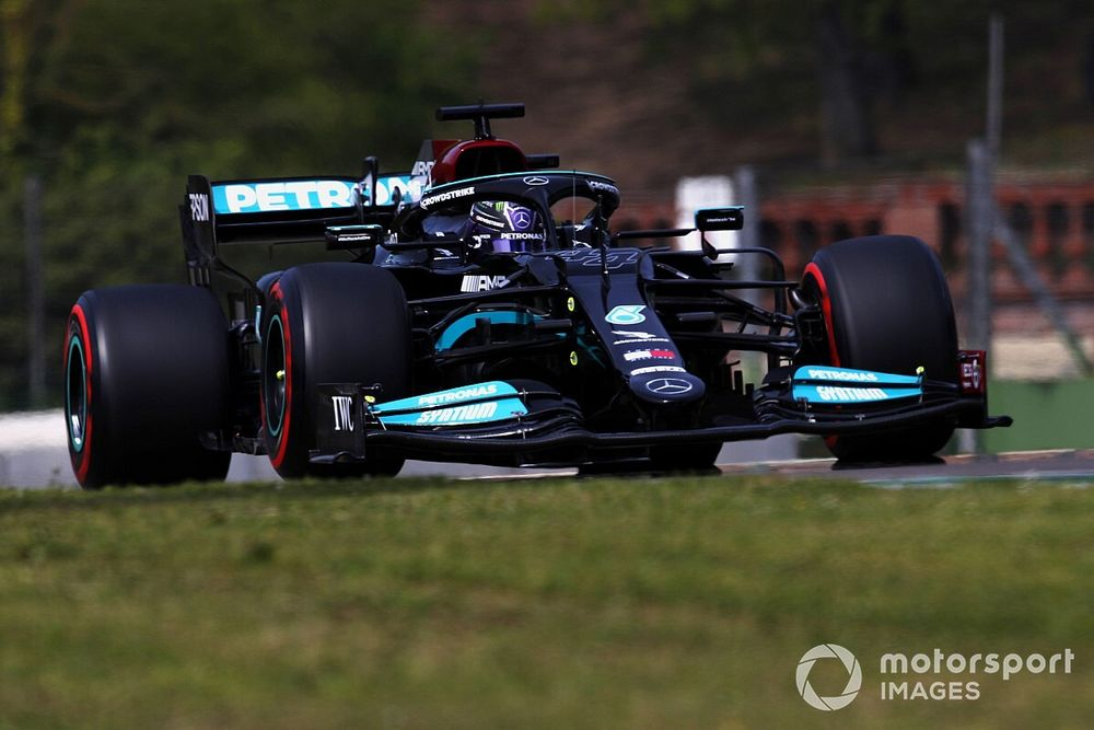 Hamilton claimt 99e pole in Imola, Verstappen achter Perez op P3