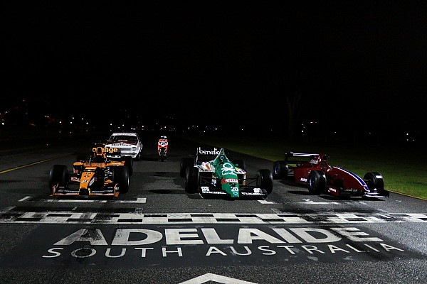 Видео: ночные заезды Формулы 1 в Аделаиде