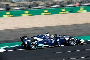 Элбон выиграл воскресную гонку Ф2 в Венгрии