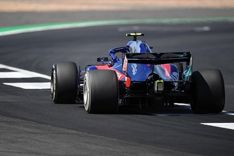 FIA установила новый бордюр в повороте Club, чтобы гонщики соблюдали пределы трассы