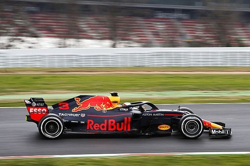 Red Bull pasa las 100 vueltas y domina en Barcelona